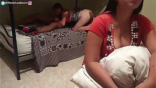 Padrastro cachondo se folla a la hijastra adolescente mientras su esposa esta viendo television / Cámara oculta / PARTE 1 / NicoleLondrawer / LolitaAbney